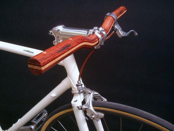 Uitbreidingskaart fiets stuur het combineren van twee soorten hardhout: binga en maple Afgewerkt met een dunne laag van polyurethaan lak. Versterkt met twee aluminium stokjes in het gebied van de stam. Merk-logo. Beschikbaar in twee lengtes. ** voor vooruit stengels **. Diameter van de stam van de klem: 25,4 mm Lengte: 44 cm/41 cm Diameter: 25,4 mm Gewicht: 188g.  woodOOcycles riser stuur zijn gemaakt met gelamineerd hout en gelijmd met epoxy lijm, die garandeert de hoge duurzaamheid voor…
