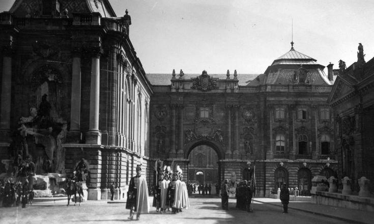 a Királyi Palota Hunyadi udvara. Balról a Mátyás király kút, az Oroszlános Kapu és a főőrség épülete.