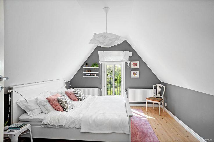 Mysigt sovrum med öppet upp till nock. Snygg grå färg på väggarna. Fransk balkong som vetter mot gården