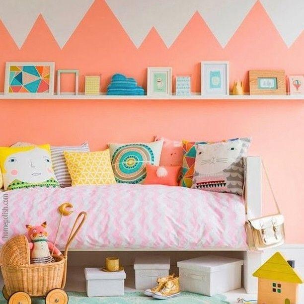 Tem tantas coisas que eu gosto nesta foto! O colorido da cama, a parede em tom de laranja, que é a cor da criatividade, a pintura da parede fazendo um efeito divertido (tem montanhas na parede!), as caixas embaixo da cama para guardar bagunça (serve como #dicadeorganizacao). Fala se isto tudo não faz deste ambiente um lugar bacana de se brincar? #dicadedecoracao #casaparabrincar #decoracao #tempojunto