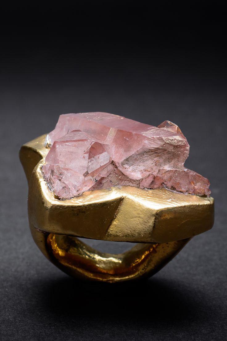 Anillo Lilith, cuarzo rosa+cerámica bañada en oro