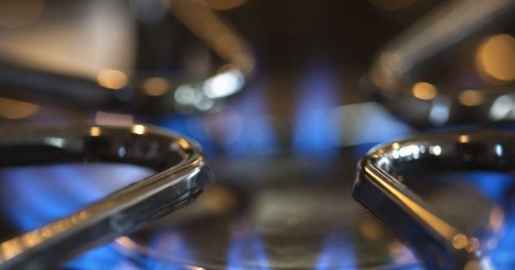 Problemas com um queimador de forno residencial. O queimador é a parte do forno que cria uma chama, fornecendo calor a partir de gás ou óleo. Esta parte importante do seu sistema de aquecimento é propensa a problemas. Felizmente, muitos fornos possuem sistemas de diagnóstico que avisam sobre os problemas com o queimador. Há muitas questões que podem afetar o queimador, incluindo problemas com ...
