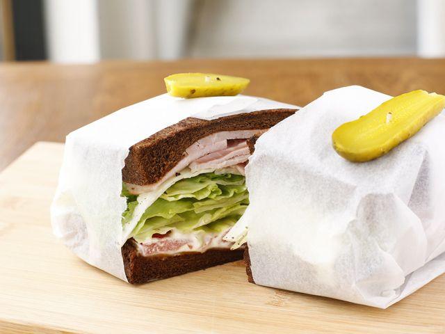 「猿楽サンド」¥1,200。通常はホールウィートパンを使うが、こちらはダークライ麦パンで。砂糖を作るときにでるきびのかすを練り込んでいてほんのり甘い。パンなどの変更はすぐに対応。マイルドなチーズとスモークハムを挟む。