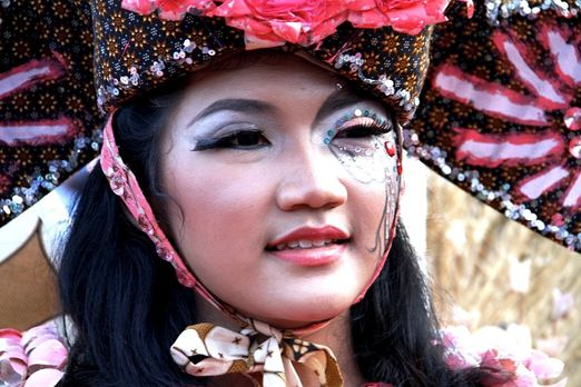 Face painting: The dancers also get their face painted in batik motifs. (Photo by Budiman Hendrarto)