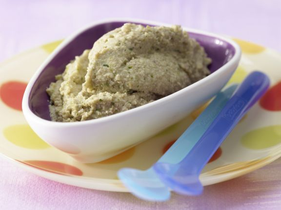 Zucchini-Nudel-Brei mit Hackfleisch: Zucchini ist leicht bekömmlich und die Vollkornnudeln liefern B-Vitamine und pflanzliches Eiweiß.