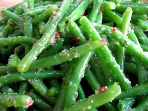 Italian Green Beans (Easy & Fast!) Recipe Take lb green beans, 2 tbs of olive oil and a packet of Italian dressing mix, Cook/heat the green beans, drizzle with olive oil and sprinkle the dressing mix over the top. Toss together and serve hot. Makes about 6 (1/2-cup) servings.