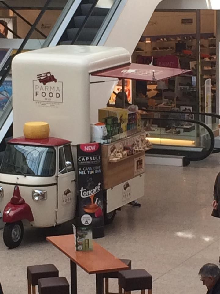 Apecar Parma Food in Stuttgart (Germany) selling ham, salami and other delicacies from Parma. #Parma #Apecar #PiaggioTruck