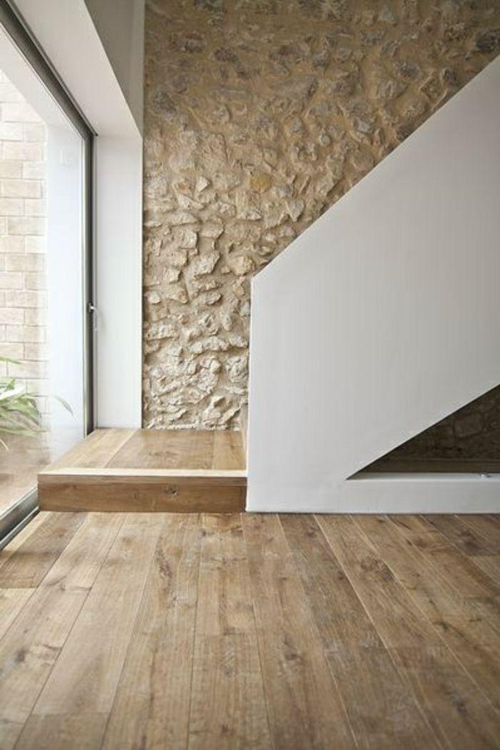 mur en pierre de parement intérieur et sol en parquet clair