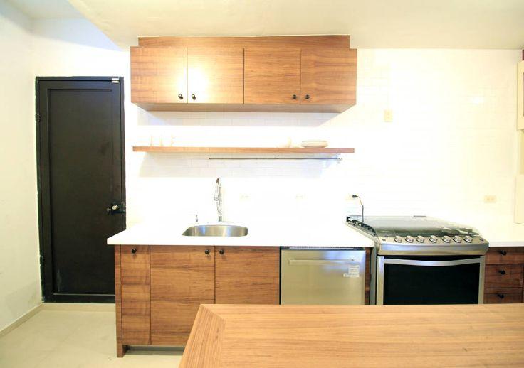 Busca imágenes de Cocinas de estilo moderno en translation missing: mx.color.cocinas.acabado-en-madera: Gabinetes superiores. Encuentra las mejores fotos para inspirarte y crea tu hogar perfecto.
