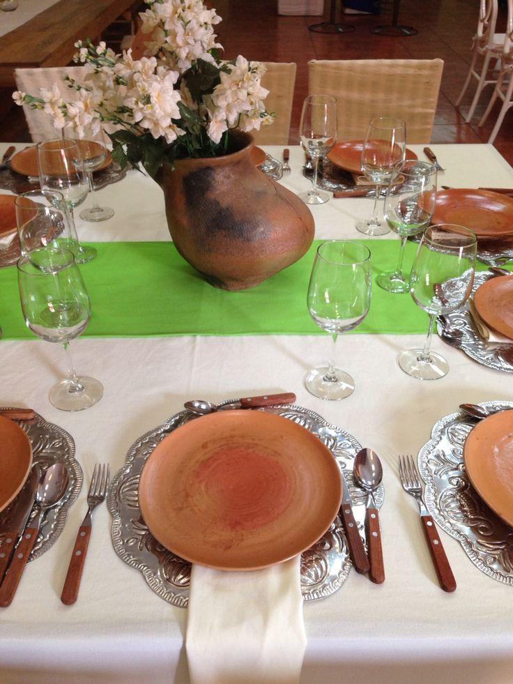 Montaje de mesa tradicional combina barro madera y - Decoracion de platos ...