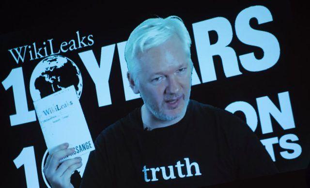 Wikileaks veröffentlichte am Montag E-Mails, aus denen hervorgeht, dass Hillary Clinton bei TV-Duellen gegen Bernie Sanders einige Fragen vorher gesteckt bekam. Ein Vorwurf, den Donald Trump bereits erhoben hatte. CNN feuerte nun eine prominente Mitarbeiterin wegen Begünstigung Clintons.