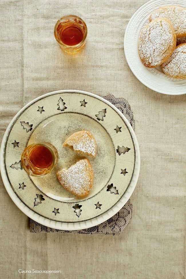 Antichissimi dolcetti a base di mandorle, si pensa addirittura che la loro origine sia araba, che siano stati portati qui in Toscana da un ...