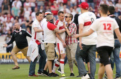 Stuttgarter Fans haben nach dem Abpfiff den Innenraum geentert und ihrem Unmut freien Lauf gelassen. Foto: Pressefoto Baumann