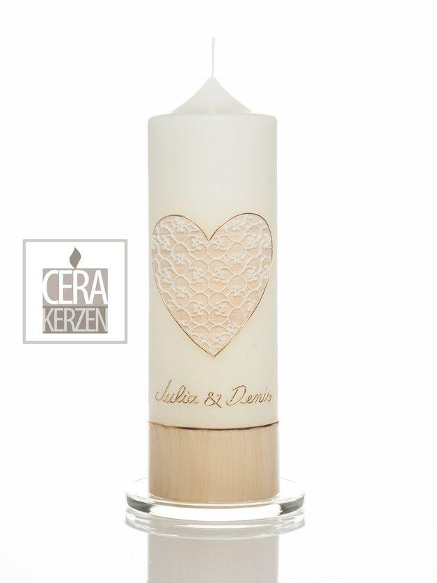 Hochzeitskerze mit Herz in crem mit einzigartige weiße Spitze aus Wachs. Sockel crem.
