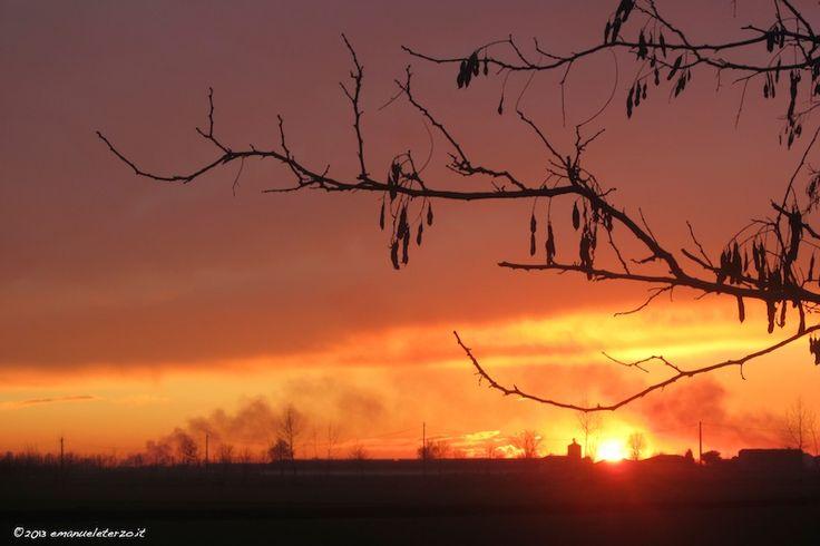 Lezioni di fotografia: mai fotografare un banale tramonto, con un banalissimo ramo d'albero in primo piano ed un banale fumo che va verso nord. E' una foto bella ma fine a se stessa. A meno che non vogliate convincere il grande pubblico che questo è l'inferno.