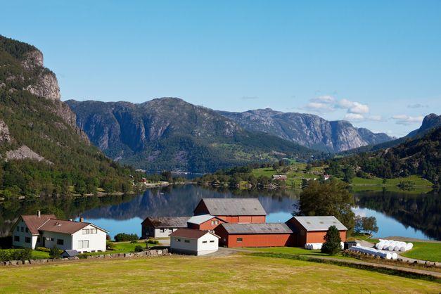 Det i hovudsak småskalabruk i nord og vest ein ser i turistreklamar frå Noreg. Men det er nettopp dette jordbruket politikarane vil til livs.