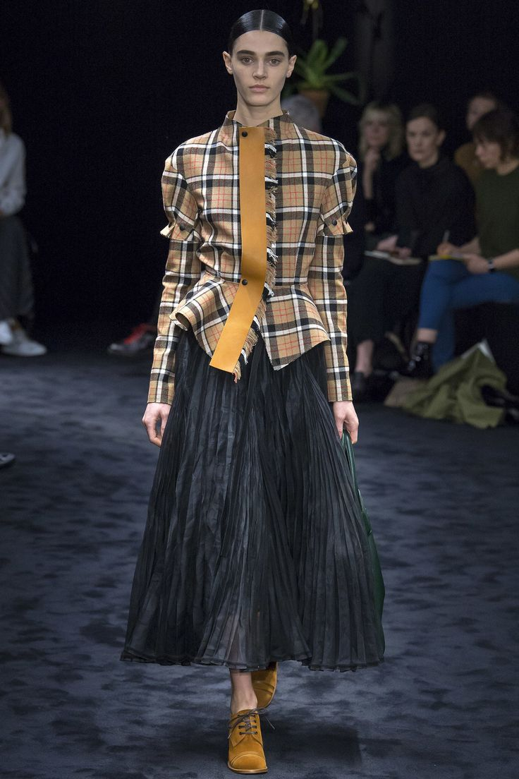See the complete Loewe Fall 2017 Ready-to-Wear collection.