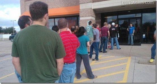 Microsoft también pudo: Hay gente haciendo cola para comprar teléfonos con Windows Phone 8 - http://www.leanoticias.com/2012/11/10/microsoft-tambien-pudo-hay-gente-haciendo-cola-para-comprar-telefonos-con-windows-phone-8/