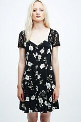 Dresses under £30 perfect for autumn at Urban Outfitters, priced at under £30 plus get 10% off until September 30th using the discount code provided. #Sale #Discount #Dots #Graphic #Skater #Floral #Flowers