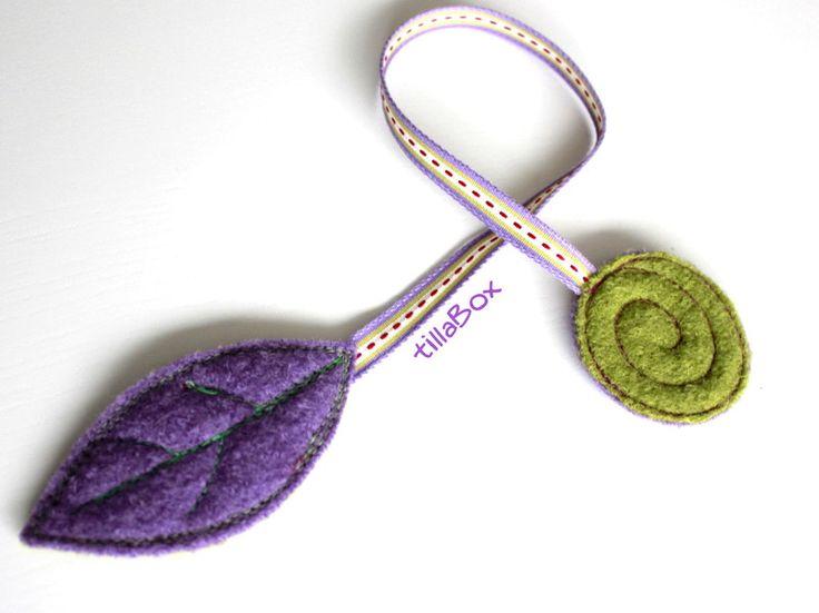 Ein hübsches Lesezeichen aus mossgrünem und violetten Wollfilz.    Das Band zwischen beiden Enden ist ca. 26cm lang,  Das Blatt ist 10 x 5cm groß, ...