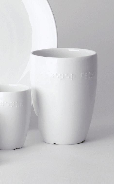 Kaffeebecher-mit-Brailleschrift