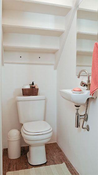 Uma boa maneiras de aproveitar o cantinho embaixo da escada. Um lavabo! :)