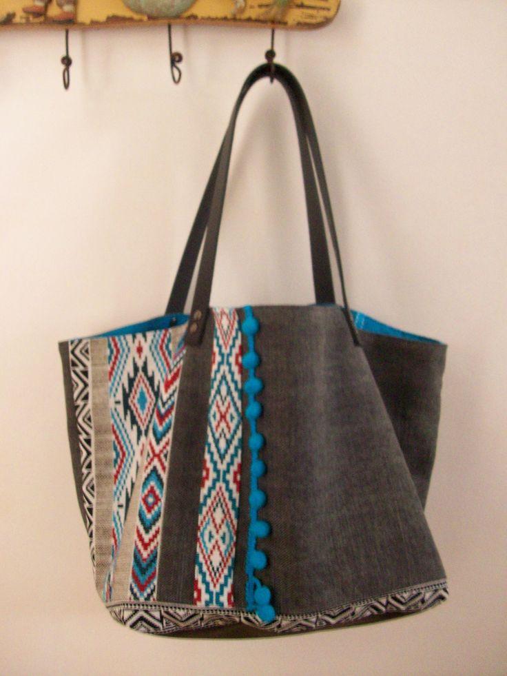 Sac cabas en toile de coton gris , motif ethnique , pompons bleu turquoise et anses en cuir : Sacs à main par cocoon-by-ln