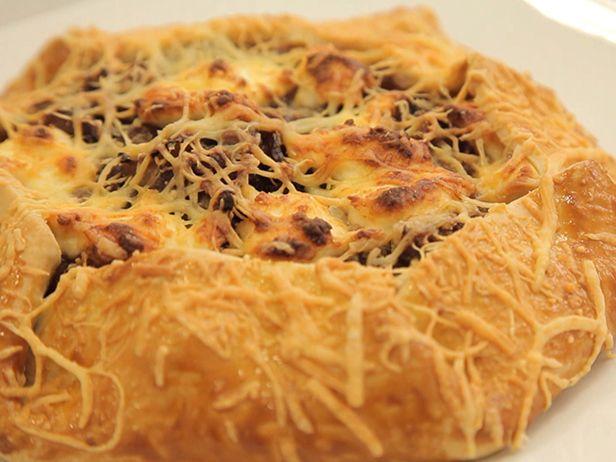 Fazer a torta rústica de cebola caramelizada faz você relaxar e se apaixonar ainda mais pela culinária.