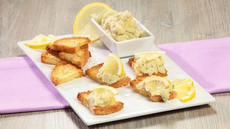 Ricetta Mousse di pesce:  Ungete i filetti di merluzzo con poco olio; quindi trasferiteli in una casseruola su di un foglio di carta forno. Coprire la casseruola e lascite cuocere per 10 minuti. Nel frattempo tagliate il pane realizzando dei crostini...