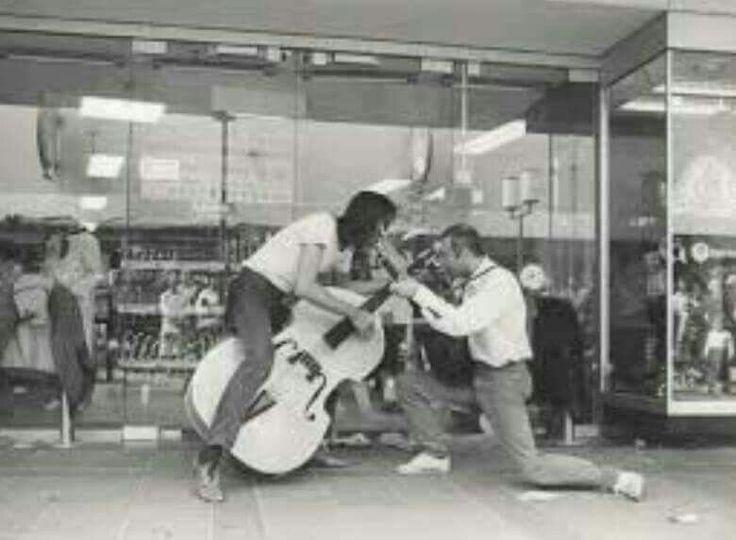 """Straat muzikanten """"Amazing Stroopwafels.""""bij Ter Meulen...L.Loe"""