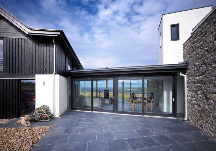 Terrasse reinigen -terrassenplatten-grau-beton-feinsteinzeug-stein