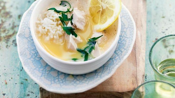 Die Suppe ist gesund und macht dank Hähnchen und Reis satt: Griechische Zitronen-Reis-Suppe | http://eatsmarter.de/rezepte/griechische-zitronen-reis-suppe