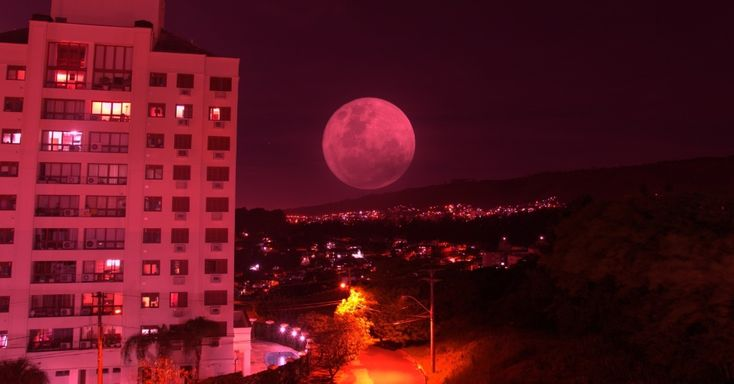 Superlua é vista em Porto Alegre, no Rio Grande do Sul