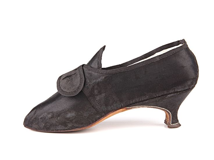1780 Shoe-Icons / Shoes / Lady's everyday buckle shoes with small heels.