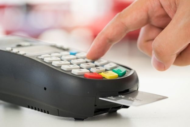 C'est parce que les arnaques à la carte bancaire sont trop fréquentes que la Gendarmerie nationale a décidé de mettre en ligne une série de conseils, pour éviter les escroqueries fréquentes lorsqu'on retire de l'argent à un distributeur automatique, ou lorsqu'on effectue un achat par Internet.