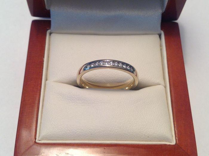 14 K geelgoud ring met in filetzetting 11 briljanten van totaal ca. 017 ct. F-G VVS  Prachtige ring met in een filetzetting 11 briljant geslepen diamanten gezet.Gekeurd: 585 en meesterteken gestempeld Gewicht is ca. 310 gram 11 briljant geslepen diamanten:11 x 150 mm of ca. 0015 ct.Gewicht totaal ca. 0165 ct.Kleur F-G helderheid VVS1-2Slijpkwaliteit is uitstekend met prachtig vuur in de stenenRingmaat 1700 mm.In uitstekende staat en gereinigd/gepolijst in eigen atelier. (Alle maten zijn met…