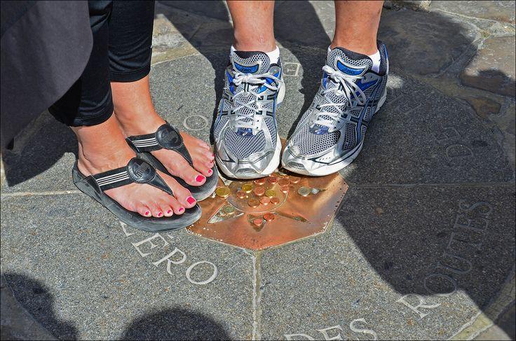 Autre temps,  autres  moeurs …..   de nos jours les touristes,  après avoir déposés  de la monnaie sur la plaque,  y pose le pied  dessus avec  l'espoir de revenir au moins une fois à Paris !!!