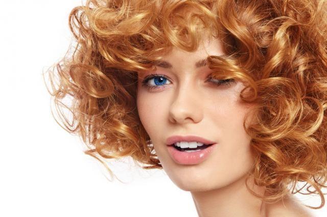 8 trików na idealnie kręcone włosy