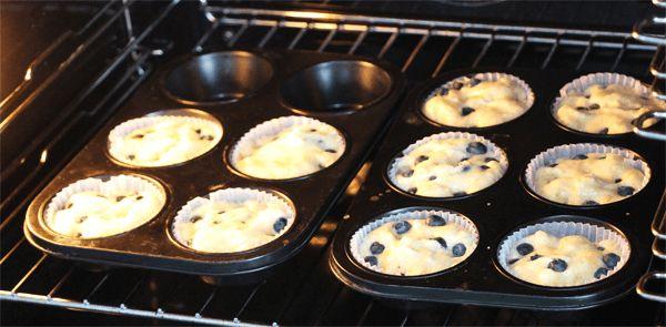 Das klingt beinahe zu schön um wahr zu sein, aber geht tatsächlich. Muffins als Weight Watchers Sattmacher! Nicht nur das, das Rezept könnte kaum einfacher sein.   Zutaten: 3 Eier (getrennt) 2 Bananen Heidelbeeren       //