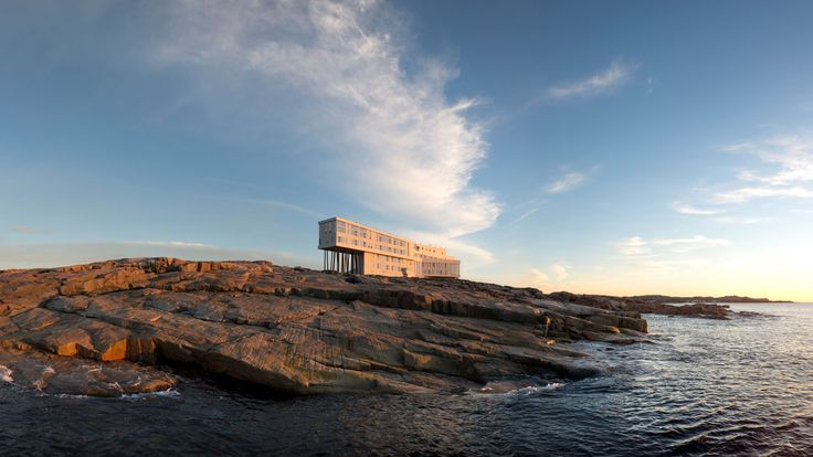 Hotel-hotel Impian Pilihan National Geographic   FOGO ISLAND INN, KANADA Tempat ini terletak di Pulau Fogo, lepas pantai Newfoundland. Pengunjung di sini dapat menikmati kebudayaan kuno Fogo yang sudah berumur 400 tahun, mengamati gunung es di Samudra Atlantik, mencari jamur hutan dan juga buah beri.