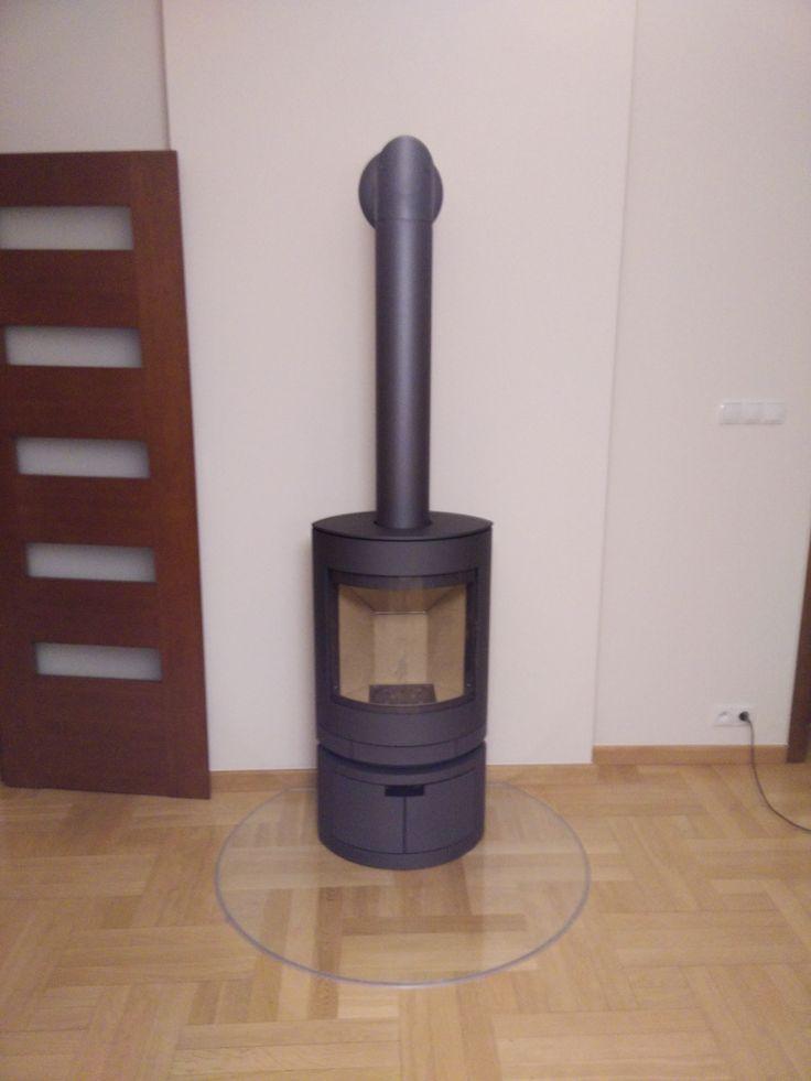 Energooszczędny kominek Emotion z zamkniętą półką na drewno. Jest doskonałym elementem każdego wnętrza.