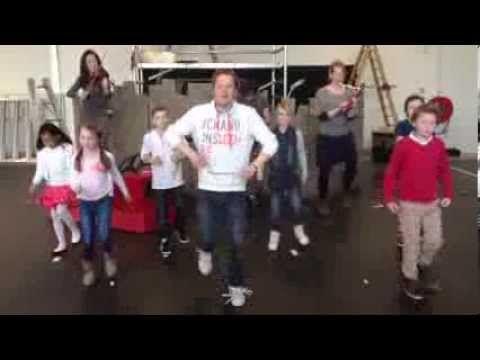 Pluk van de Petteflet in het theater - Stampsong - YouTube