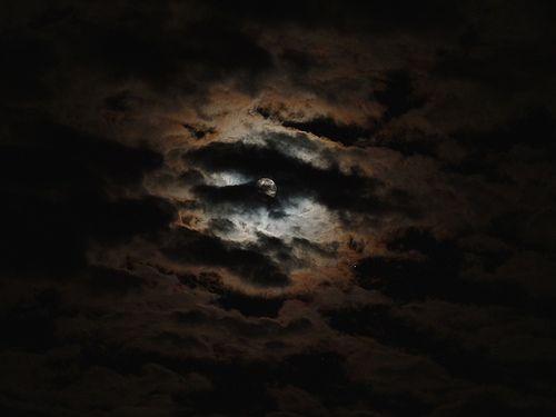 Clouds And Moon - Che cielo spettacolare questa sera !!! Low Key  Preparazione per l'eclissi lunare