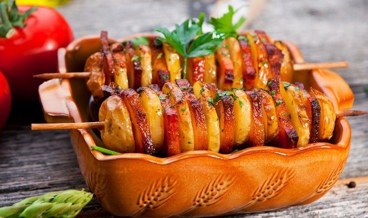 Σουβλάκια πατάτας με μπέικον και σάλτσα μουστάρδας