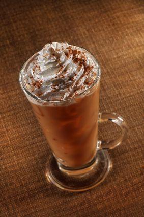 Cappuccino Glacé grand verre350 ml -1 dose lungo110 ml -150 ml lait -sucre -copeaux chocolat ou cannelle -glace pilée Préparez café ds une gd tasse lungo Sucrez à convenance versez préparation ds un gd verre avec 4cuillères à soupe glace pilée. Remplissez votre pot à lait de lait entier bien froid au quart et faites mousser une partie du lait en y plongeant la buse vapeur de votre machine. Ajoutez lait ainsi é.....