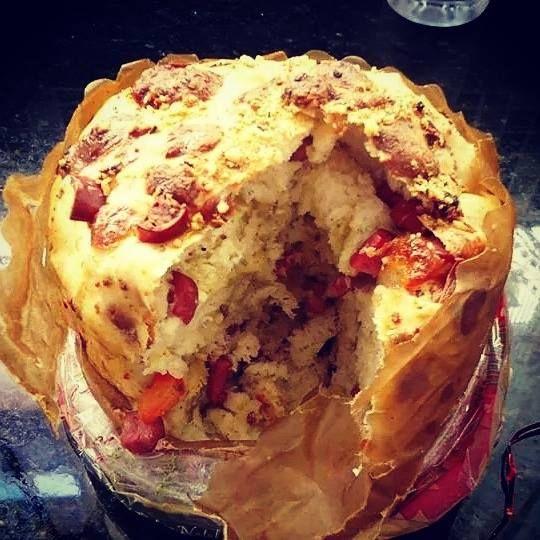 Panetone salgado de calabresa e queijo