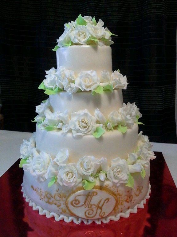 Свадебный торт с белыми розами