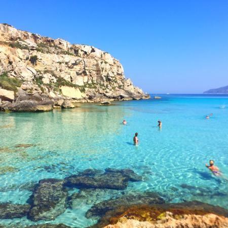 """Cala Rossa (Favignana). """"uma maravilha da natureza que precisa ser visitada. Nadar em suas águas cristalinas é uma luxúria""""."""