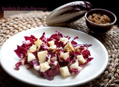 Insalata di radicchio rosso, pere, noci e grana , un gustoso piatto unico o un elegante antipasto da preparare in un batter d'occhio.