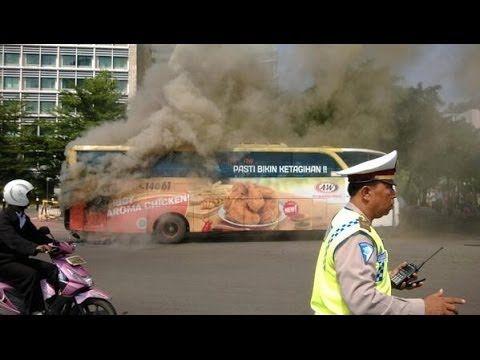 Berita Kecelakaan: Bus Bianglala Terbakar di Bundaran HI  Via:http://videonistation.blogspot.com/2013/12/bus-bianglala-b7021-iw-terbakar.html